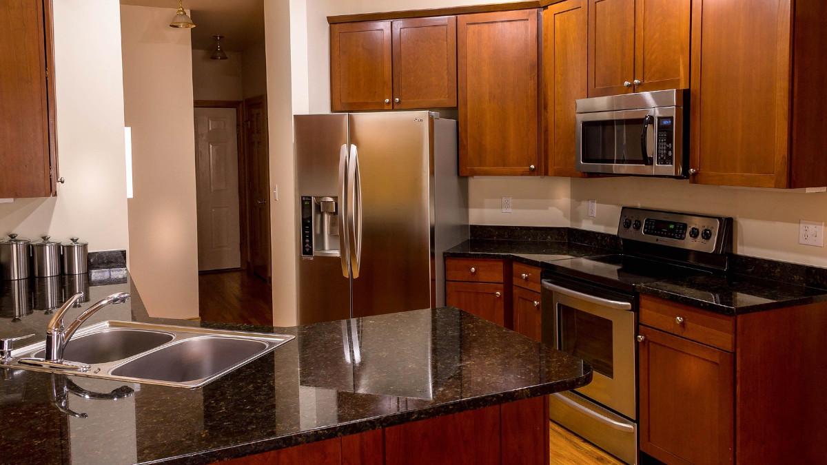 Blaty kuchenne drewnopodobne czy z drewna - które rozwiązanie wybrać?