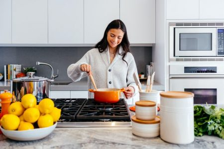 Sposoby na usuwanie plam z blatu kuchennego