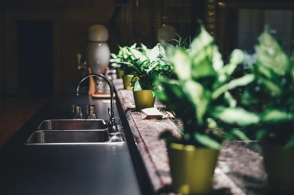 6 pomysłów na blaty do białej kuchni – zestawienie najgorętszych aranżacyjnych hitów