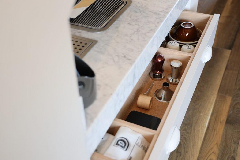 Funkcjonalna szuflada w cokole w kuchni