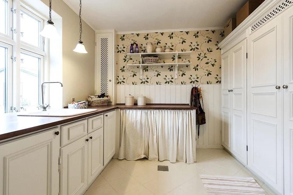 Co zamiast szafek górnych w kuchni? 3 inspiracje na alternatywę wiszących szafek kuchennych